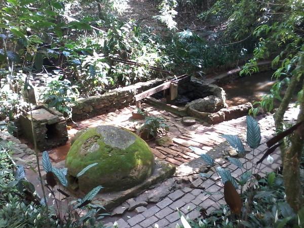 Parque Alfredo Volpi: monjolo (pilão movido pela energia da água para moer grãos). Foto: ViniRoger.