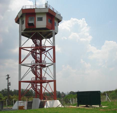 Torre de Observação de Fenômenos Atmosféricos, localizada no IAE (Instituto de Aeronáutica e Espaço), antiga torre de controle do aeródromo de São José dos Campos e atualmente dedicada à pesquisa de descargas elétricas atmosféricas. Fonte: IAE.