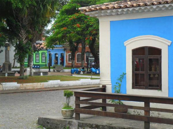 Centro histórico de Cananéia, com igreja e marco comemorativo. Foto: ViniRoger.