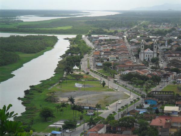 Vista do centro histórico de Iguape (destaque para a Igreja Matriz, com fachada de ladrilhos) a partir do morro do Cristo. Foto: ViniRoger.