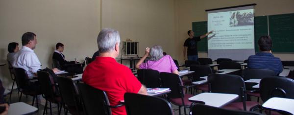 """Palestra """"A Meteorologia nos acidentes aéreos"""" na sala 13 do IAG-USP. Foto: Rafael Reis Pereira."""