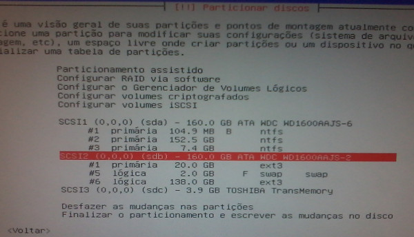 """Exemplo de particionamento com a """"/home"""" separada (sdb) mantendo partição com Windows (sda)"""