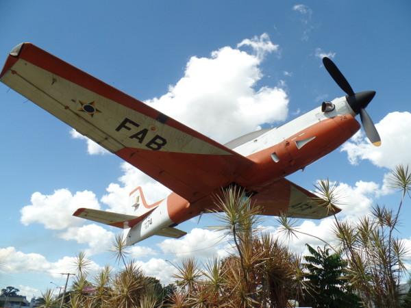 Avião Tucano exposto no triângulo de acesso a Pirassununga/SP. Foto: ViniRoger