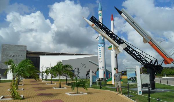 Entrada do CCEIT-CLBI com diferentes modelos de foguetes construídos e utilizados no Brasil - o suporte preto é o lançador origial com uma réplica do Sonda I. Foto: ViniRoger