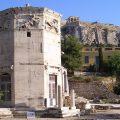 Foto da Torre dos Ventos atualmente em Atenas, Grécia. Fonte: adaptado de Wikimedia Commons