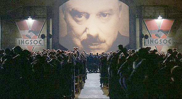 """Cena do filme 1984 (dirigido por Michael Radford), onde ocorre a exaltação ao Grande Irmão (ou """"Big Brother"""")"""