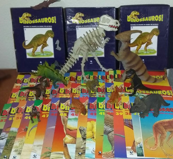 Fascículos e esqueleto de dinossauro - as outras miniaturas não fazem parte da coleção. Foto: ViniRoger