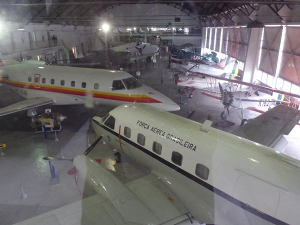 Um dos hangares com aviões da Embraer em primeiro plano. Foto: ViniRoger.