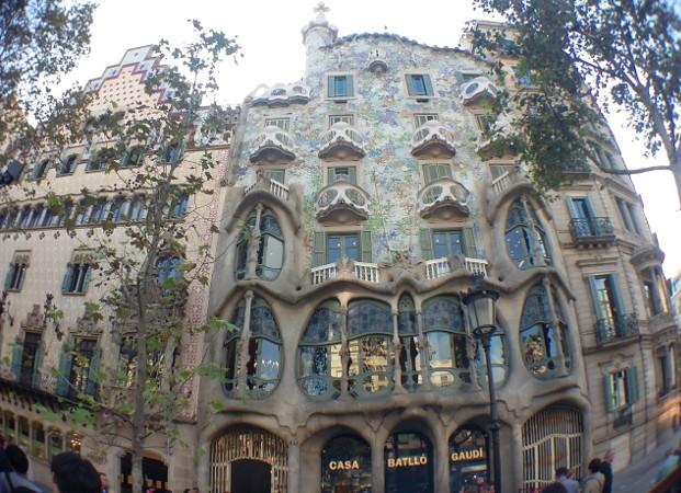 Fachada da Casa Amattler (esq.) e Casa Batlló. Foto: ViniRoger