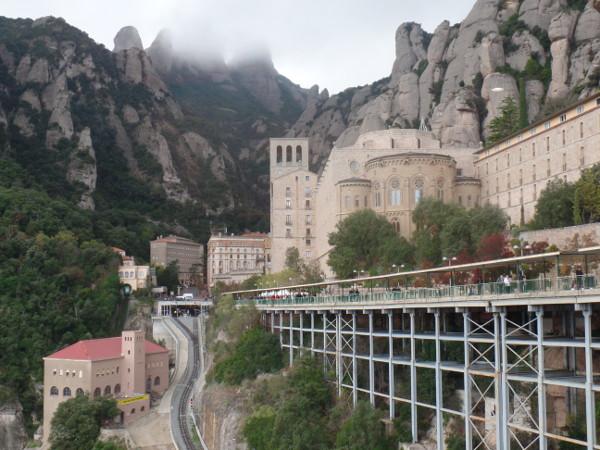Montserrat vista do restaurante: Funicular de Santa Cova (esquerda, meio escondido) e cremalheira (centro). Foto: ViniRoger
