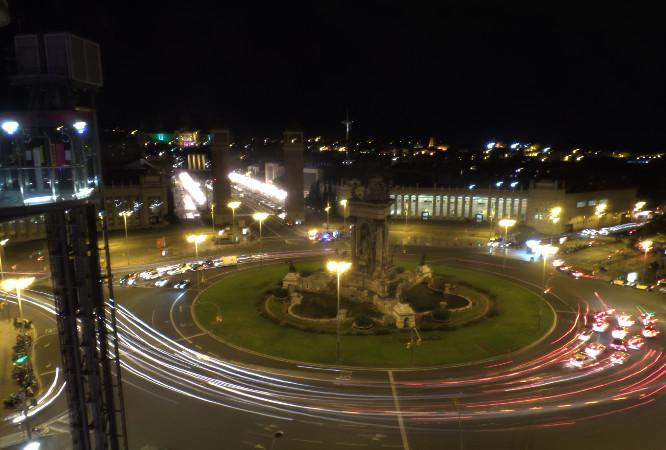 Plaza Espanya e Palau Nacional (ao fundo da rua mais iluminada) vistos do Arenas, com destaque ao elevador panorâmico. Foto: ViniRoger