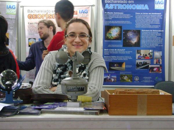 Samantha na Feira USP e as Profissões (2014). Foto: Meteorópole