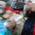 Bonés, safety cards, louças, bules, rolos de filme, lenços e CD-ROM