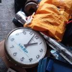 Pá de hélice, colete salva-vidas, relógio, VHS de manutenção e bandeja