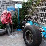 Letreiros, lixeiras e pneu