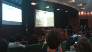 Telões no auditório do LIT durante o lançamento. Foto: ViniRoger