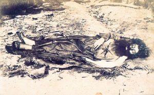 Única foto conhecida de Antônio Conselheiro, tirada duas semanas após sua morte, pelo fotógrafo Flávio de Barros, a serviço do Exército. Fonte: Wikipedia