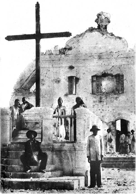 Igreja de Santo Antônio, em ruínas, e o púlpito onde pregava Conselheiro, após o massacre do Arraial. Fotografia: Flávio de Barros (1897)