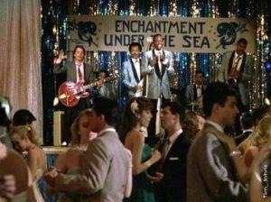 Cena de Marty tocando no baile