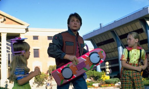 Cena do hoverboard na praça principal de Hill Valley