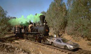 Cena de locomotiva empurrando o DeLorean