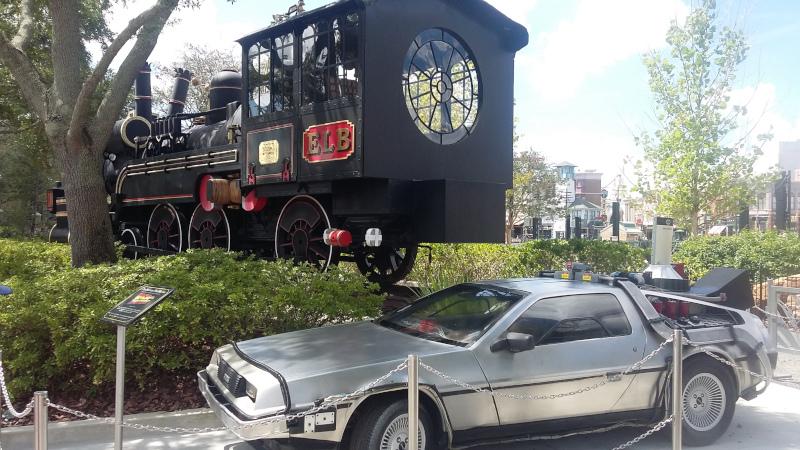 DeLorean (com Mr. Fusion na traseira) e locomotiva expostas no Universal Studios Florida. Foto: ViniRoger