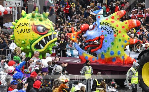 Carros alegóricos no Carnaval 2020 em Duesseldorf, Alemanha. Foto: AP Photo/Martin