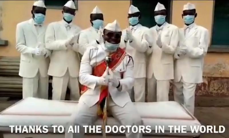 Carregadores de caixão dançarinos de Gana, que viraram meme durante a pandemia de Covid-19, pediram para que as pessoas fiquem em casa. Foto: Reprodução/Twitter Benjamin Aidoo