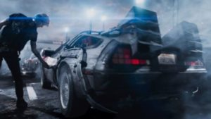 "Wade Watts como o avatar Parzival encontra o DeLorean em ""Ready Player One"".Fonte: Warner Bros. Pictures"