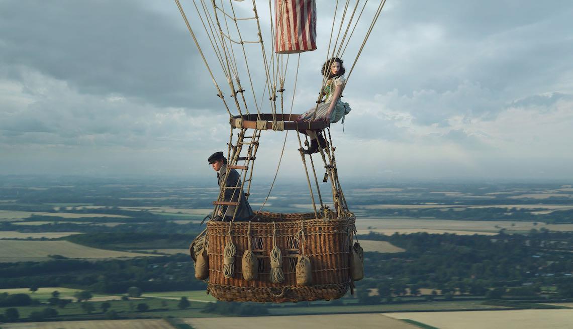 """Cena do filme """"Os Aeronautas"""" dos personagens no cesto do balão"""