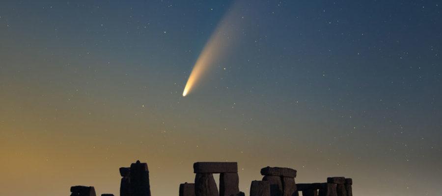 Cometa Neowise sobre Stonehenge. Fonte: Declan Deval