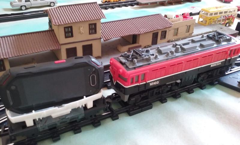 Locomotiva e vagão-tanque adaptado para carregar um pequeno celular com câmera. Foto: ViniRoger