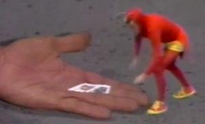 Chapolin pegando os selos a serem devolvidos, após ter tomado uma de suas pílulas encolhedoras. Fonte: Televisa