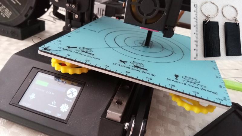 Monolito sendo fabricado em uma impressora 3D, com peça finalizada em destaque. Foto: ViniRoger