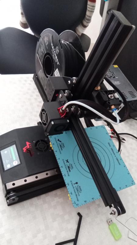 Impressora 3D utilizada, com rolo de filamento preto e fonte ao fundo. Foto: ViniRoger