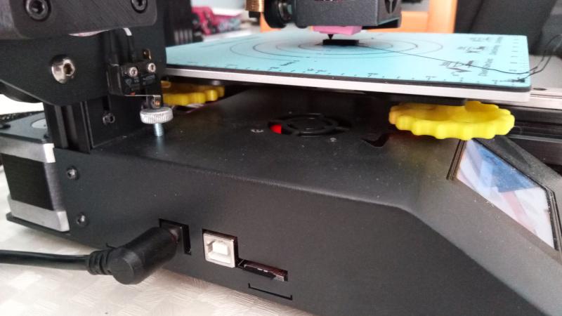 Lateral da impressora 3D - interfaces e objeto sendo impresso. Foto: ViniRoger