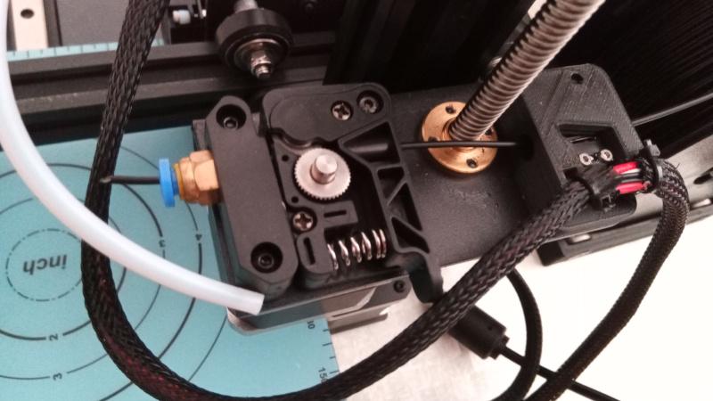 Compartimento com motor para tração de filamento. Foto: ViniRoger