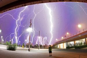 """Lightning! Ask Your Questions Tonight (NASA, Marshall, 06/23/11)"" por NASA's Marshall Space Flight Center, licenciada como CC BY-NC 2.0"