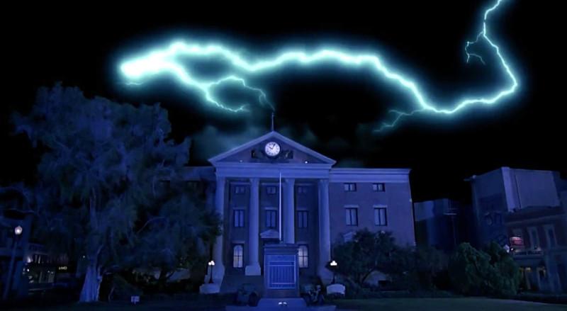 Torre do relógio sendo atingida por um raio. Fonte: Universal Movies