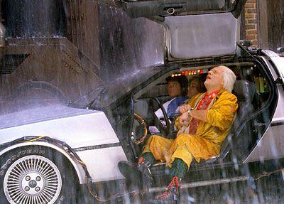 Cena em que esperam a chuva passar no DeLorean. Fonte: Universal Movies