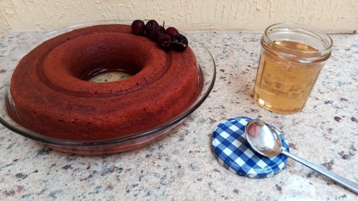 Babá ao rum decorado somente com cerejas verdadeiras e pote com calda extra (o que sobrou após primeira aplicação). Foto: ViniRoger
