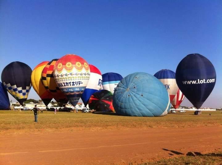 Balões ainda em solo. Foto: Marcos Lourenço