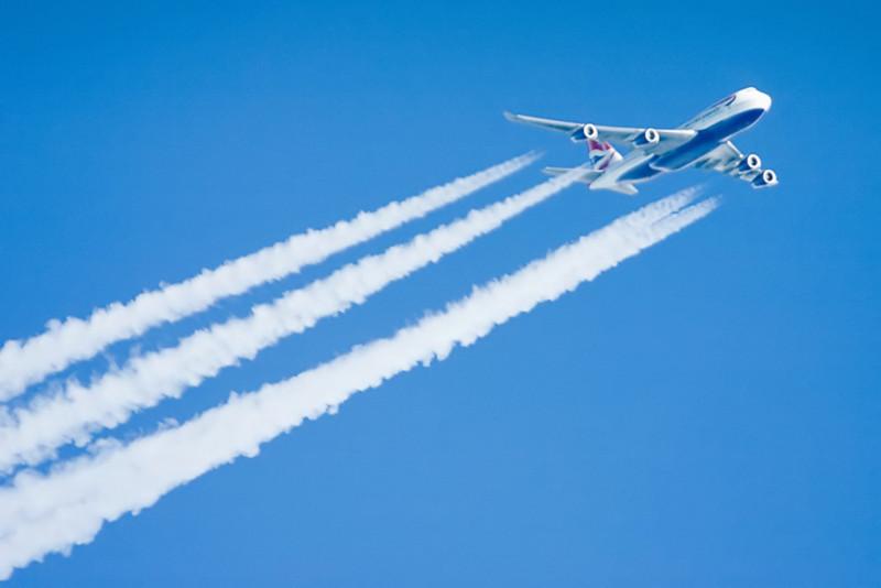 Avião e contrail. Foto: revedavion.com