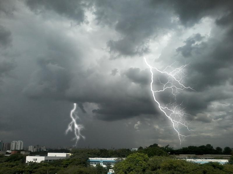 Raios inseridos por edição de foto em paisagem com tempestade. Foto: ViniRoger