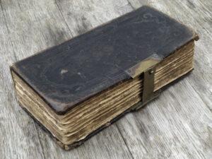 Livro com coleção de textos ancestrais. Foto: Willi Heidelbach (Ancient Book - 1883)