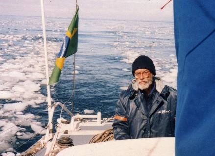 Villela pilotando o Rapa Nui, veleiro de apoio ao Projeto Amyr Klink de Invernagem Antártica, em janeiro de 1991