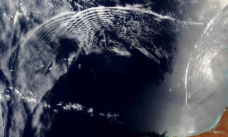 Ondas de gravidade visíveis devido às nuvens. Fonte: NASA