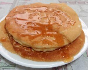 Algumas panquecas da receita com mel. Foto: ViniRoger