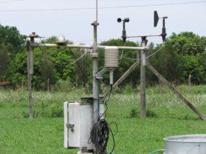 """Estação meteorológica automática e tanque de evaporação junto a laranjal na ESALQ/USP (Escola Superior de Agricultura """"Luiz de Queiroz"""" da Universidade de São Paulo). Foto: ViniRoger"""