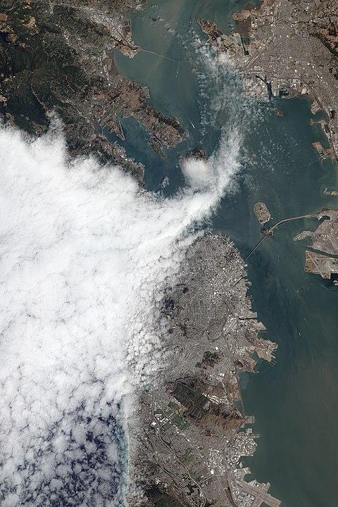 Nevoeiro entra na Baía de São Francisco através do Golden Gate em agosto de 2012. Fonte: Wikipedia